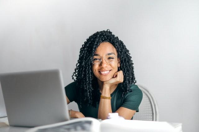 Femme souriant devant ordinateur