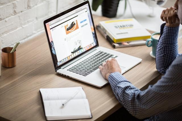 homme reflechissant devant ordinateur