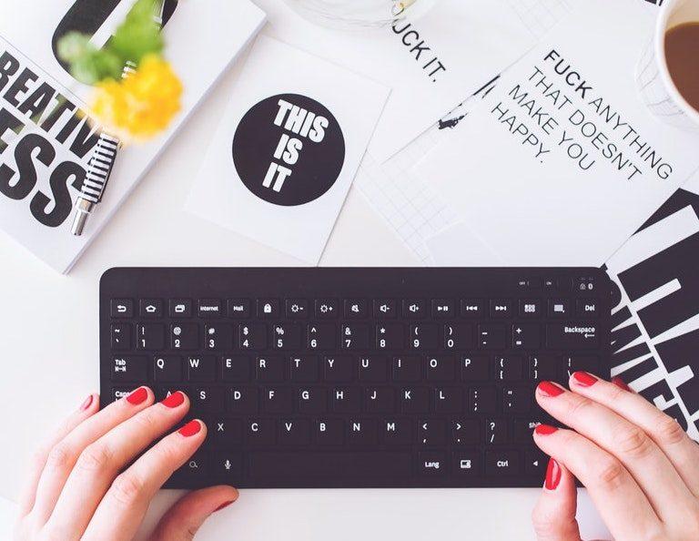 mains de bloggueuse