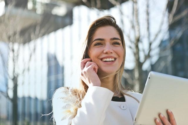 femme souriant au telephone