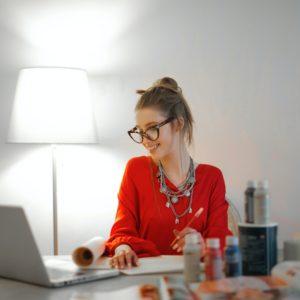 jeune femme travaillant devant ecran